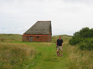 """Eines der typischen """"halben"""" Häuser auf Texel"""